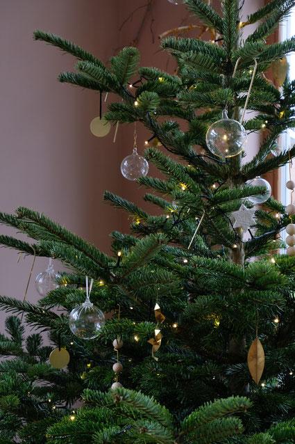 dieartigeBLOG // Wohnzimmer im Dezember, Weihnachtsbaum 2019, Nordmanntanne - Klarglaskugeln, Messing, Gold, Holz - DIY