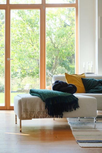ieartige // Design Studio - BLOG - #Wohnzimmer, warm & cosy: die graue Sofahälfte mit Kissen in Senfgelb, Samtgrün