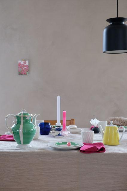 dieartigeBLOG // Oster-Frühlings-Tischdekoration | Weiß mit Grün - Vintage-Porzellan, Pinke Stoffservietten, Blaue + Zitronengelbe Akzente