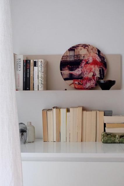 dieartigeBLOG // Schlafzimmer - Wanddekoration mit TONDOS - runde Plexiglas-Bilder