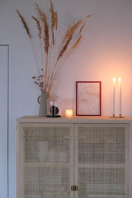 dieartigeBLOG // Wohnzimmer - Esszimmer im Winter, Rattanschrank Ikea, Gräser, Kerzenhalter Zweidesign, Rahmen Moebe