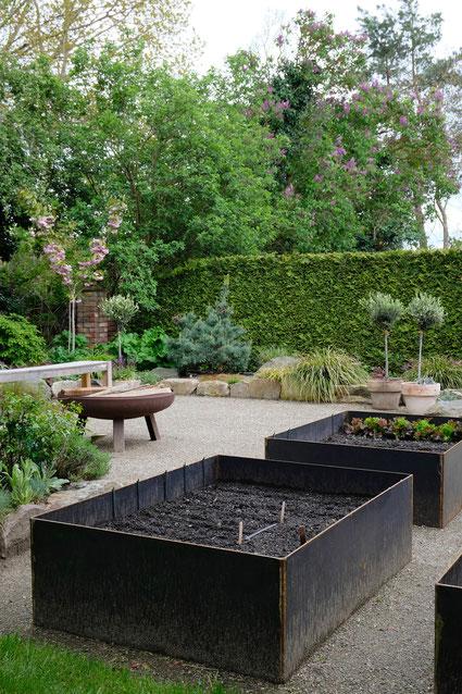 dieartigeGARTEN // next to the path to the house - Lavendel, Iris, Gras, Apfelbaum