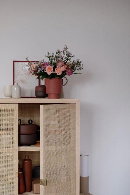 dieartigeBLOG // Wohnzimmer - Esszimmer im Winter, Rattanschrank Ikea, Vase Oyoy, Schalen Menu, Blumenstrauß, Fresh Flowers
