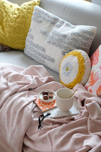 dieartigeBLOG // Wohnzimmer im Frühlingsmood - Rosefarbene Baumwolldecke & Wollkissen - Urbanara, Becher - Kristina Dam, Kissen rund - Lumikello