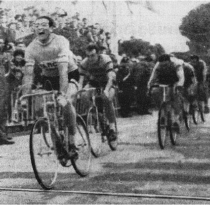 La volata vittoriosa di A.Bailetti, a sx gli ultimi metri, a dx. la gioia dello stesso sulla linea del Traguardo. Foto courtesy: Archivio AVL