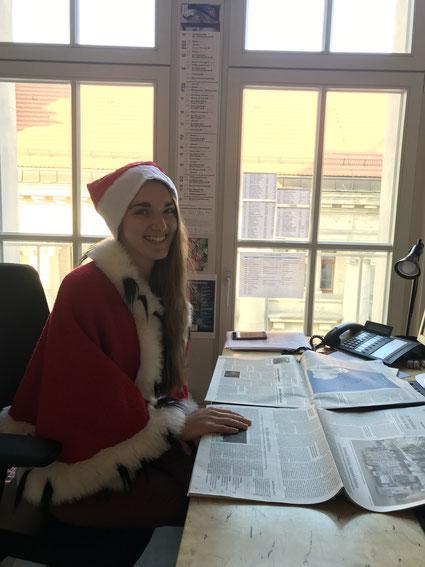 Marie Kemmner, Referentin der Öffentlichkeitsarbeit kümmert sich hier um den Pressespiegel – da darf die weihnachtliche Stimmung natürlich trotzdem nicht fehlen!
