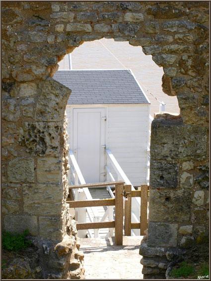 Ancienne ouverte de la Tour Blanche à Talmont-sur-Gironde donnant vue sur un carrelet à ponton, Charente-Maritime