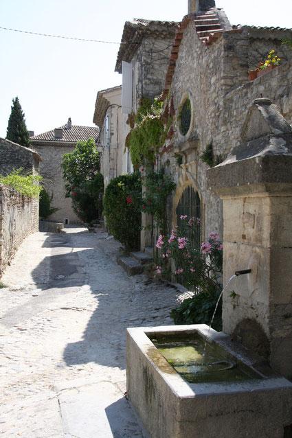 """Bild: Haus """"Prevot du Chapître"""" mit Brunnen in Vaison-la-Romaine"""