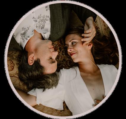 Photo des mariés allongés, représentant les formules d'organisation de mariage proposées par Daydream Events, organisatrice de mariage