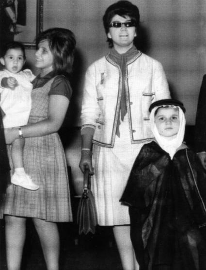 Vers 1960. Le Prince en tenue traditionnelle avec sa mère et sa tante Leila née en 1946 et portant sa soeur Reema