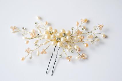 Tocado de novia dorado. Aplique de perlas y cristales.