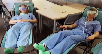 2 femmes aides soignantes en tenue sur fauteuils psio et lunettes de relaxation psio