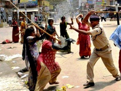 Politiet angriber feministisk demo mod voldtægt i Dehli