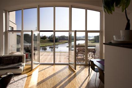 Komfortables Wohnen mit Weitblick und hochwertigen Fenstern, dafür steht die Marke Kneer-Südfenster. Foto:Kneer-Südfenster