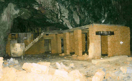 Gebäude im Inneren der Vulkan-Stollen, das von den Häftlingen errichtet wurden. Aufnahme 1998