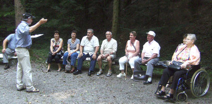 Der Leiter der Gedenkstätte, Sören Fuß, mit Besuchergruppe