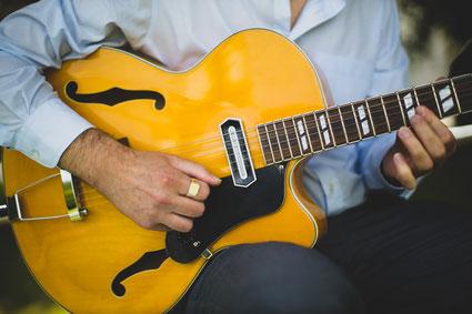 Mann nimmt Gitarrenunterricht in München Schwabing