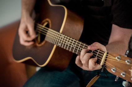 Kind lernt Gitarre spielen in München Schwabing