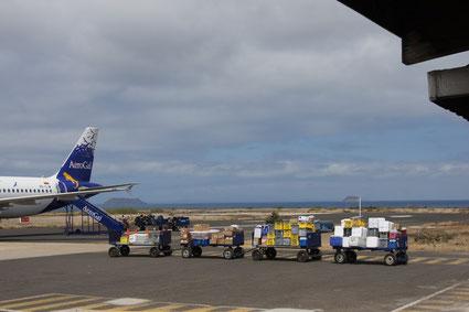 AéroGal auf dem Flughafen Baltra / Galápagos, (GPS). Im Hintergrund die Inseln Daphne Mayor und Daphne Menor
