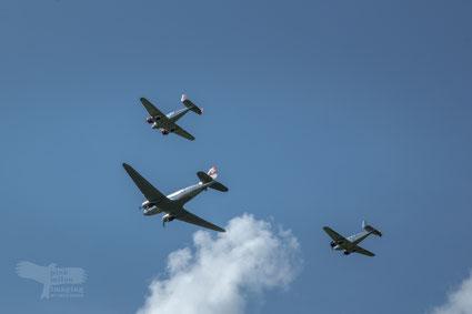 DC3 Dakota mit 2 Begleitflugzeugen Beechcraft 18