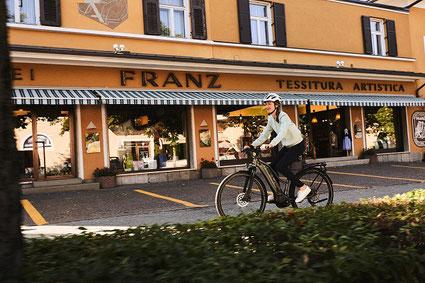Die Ausstattung und die verschiedenen Rahmenformen können Sie sich im Shop in Wiesbaden ansehen.