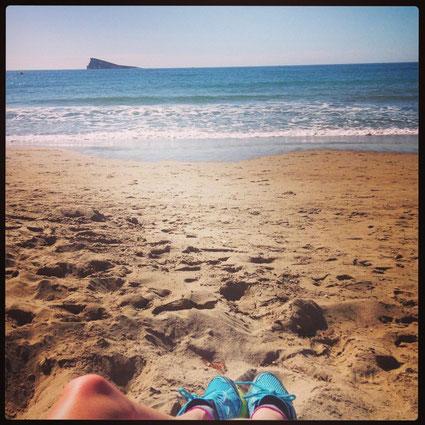 Mis deportivas, mi playa y un día soleado. Lo único que compite con mi afición con escribir y leer. En esta foto, la isla de Benidorm desde la playa de Poniente.