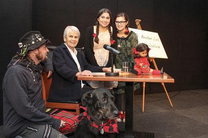 Gemeinsam tragen Paddy Pfeil, Annchen Heymer, Serivan Bagari und Ülkü Kahraman die Kindheitserinnerungen von Annchen Heymer vor.
