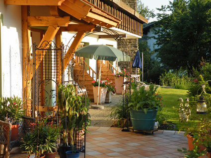 Alle Zimmer mit Zugang zur ruhigen Garten-Terrasse - hier lässt es sich wunderbar entspannen