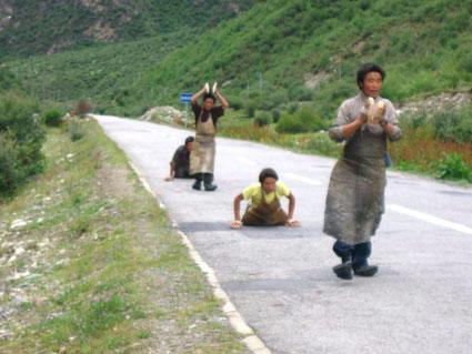 pellegrini lungo la strada facenti prostrazioni ogni 10/20 mt