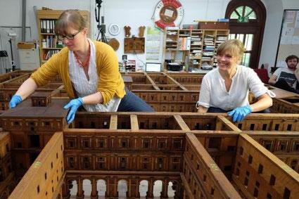 »Britta Dierig und Kristin Goda bei der Restaurierung des Salomonischen Tempelmodells im Hamburg Museum« (Foto: Stephan Wallocha)