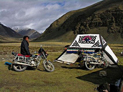 KAtalogbild aus der Austellung »Brisante Begegnungen – Nomaden in einer sesshaften Welt«