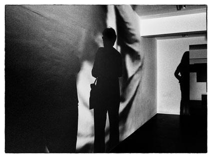hintergrund two women at the exhibition