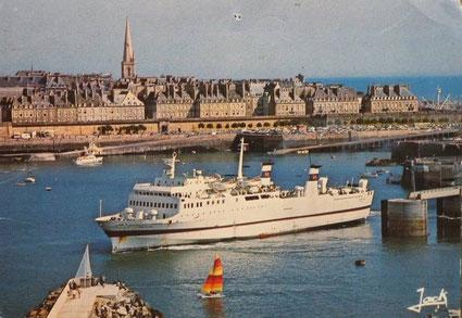 Le M/V Penn Ar Bed à Saint-Malo, se mettant en route à destinatuion de Portsmouth.