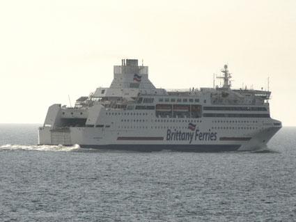 Normandie, premier navire de la flotte de Brittany Ferries à avoir été équipé de scrubbers vu entre la France et la Grande Bretagne.