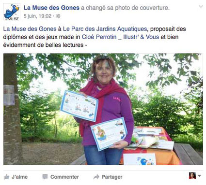 Christine de l'Association la Muse des Gones distribue les jeux et les diplômes illustrés réalisés par la graphiste Cloé Perrotin en 2016