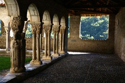 Le cloître de la cathédrale Sainte-Marie de Saint Bertrand de Comminges, grand site touristique de la Région Occitanie, département de la Haute-Garonne, Pyrénées centrales
