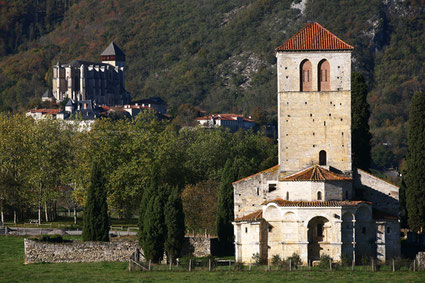 La basilique Saint-Just de Valcabrère et en fond la cathédrale de Saint Bertrand de Comminges, grand site touristique de la Région Occitanie, département de la Haute-Garonne, au cœur des Pyrénées centrales
