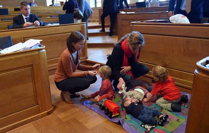 Temporärer Kinderhort im Rathaus: SP-Politikerinnen brachten wegen der Debatte über die steuerlichen Abzüge für Drittbetreuung ihre Kinder mit.