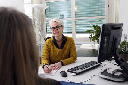 RAV-Beraterin Chantal Godel in ihrem Büro im RAV  Bern-West.