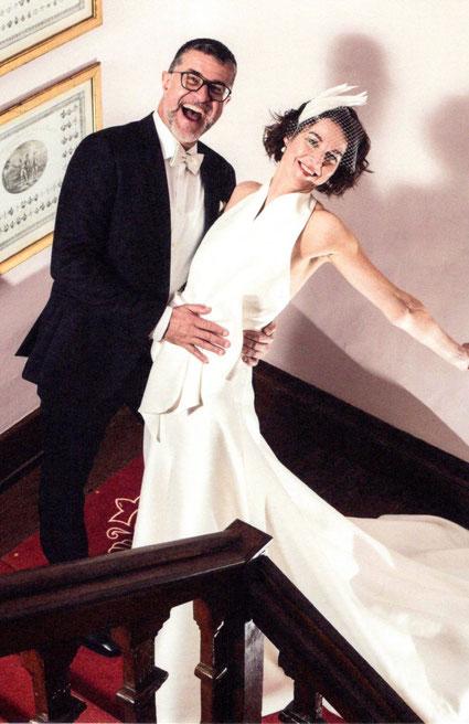 Irene und Karl tanzen nach der freien Trauung auf der Treppe