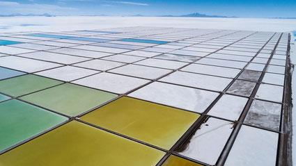 Bassins d'évaporation de l'usine-pilote de lithium dans le Salar de Uyuni, Bolivie