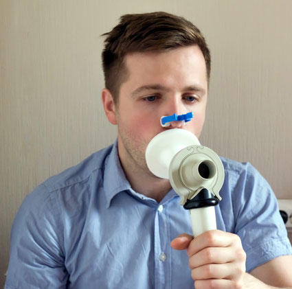 https://stock.adobe.com/de/stock-photo/young-man-testing-breathing-function-by-spirometry/174507485