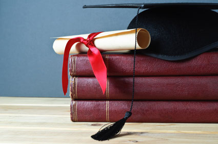 https://stock.adobe.com/de/stock-photo/graduation-mortarboard-scroll-and-books/31032362