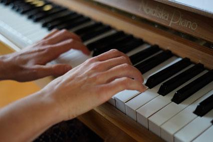 Antonia Gasser am Klavier / Foto: Manuela Ming