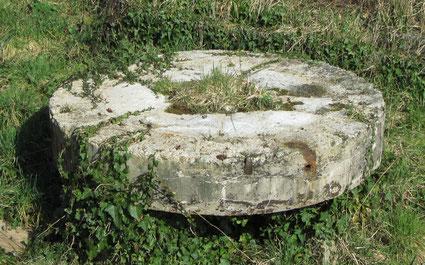 Photo  - La meule pour l'orge (bloc de calcaire siliceux)