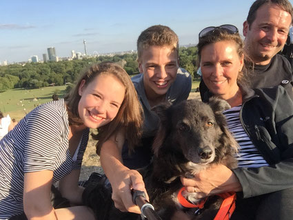 Familie mit Hund am Primrose Hill, London