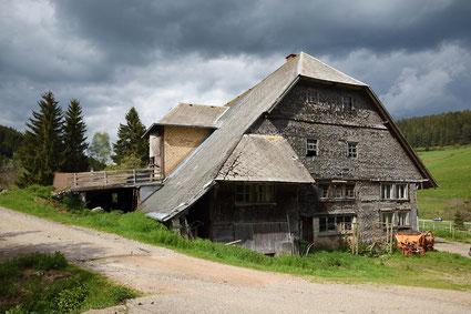 alter unbewohnter Bauernhof