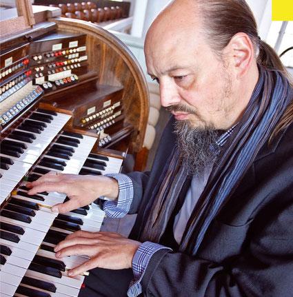 Henning Pertiet am Spieltisch der Romantischen Orgel im Dom zu Verden - Foto: www.reincken-fotodesign.de