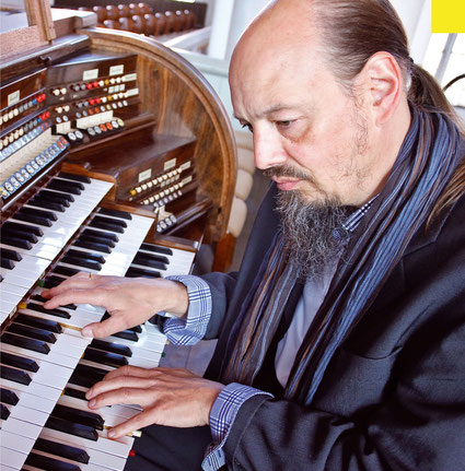 Henning Pertiet at the romantic organ in Verden cathedral - Foto: Ralf Reincken