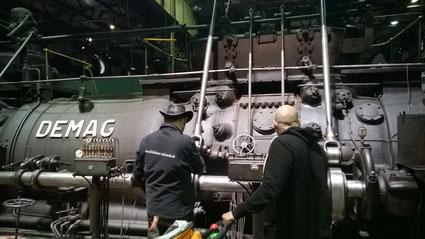Das ist der Mittelteil eines Gichtgasmotors, welcher die Lüfter für die Hochöfen antreibt.